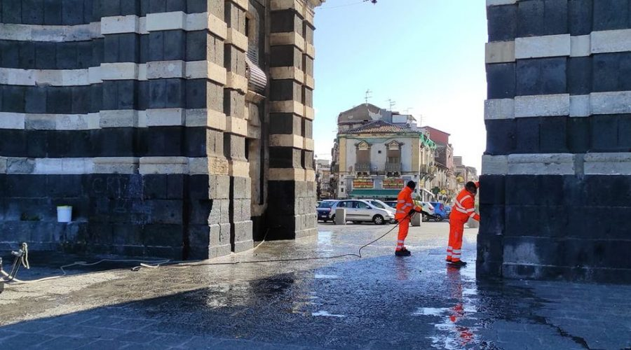 Catania, porta Garibaldi: rimosse scritte di gruppi criminali