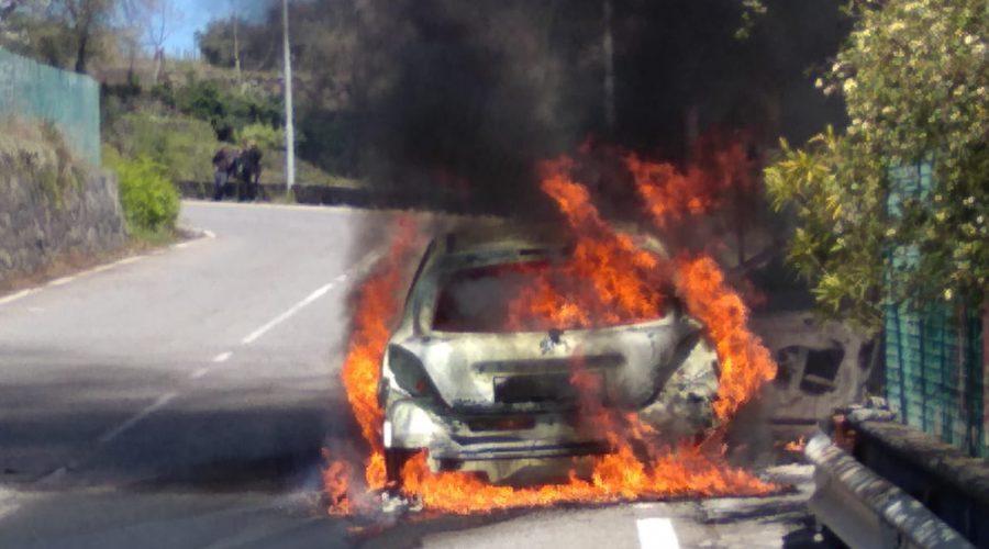 Mascali, auto a fuoco mentre era in marcia: famiglia si mette in salvo in extremis