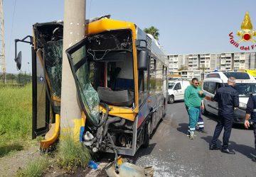 Catania, tragedia sfiorata, autobus Amt si schianta contro un palo: feriti conducente e 6 passeggeri