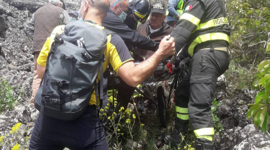 Etna, Vigili del fuoco e Soccorso Alpino soccorrono 85enne rimasto ferito