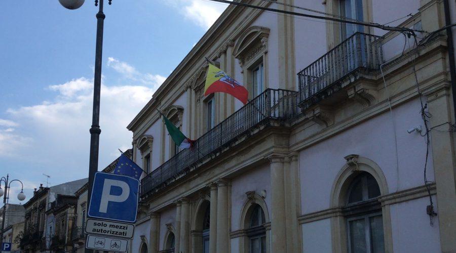 """Rinnovate le indecenti  bandiere del municipio di Giarre: """"concessa la Grazia della Vergogna"""""""