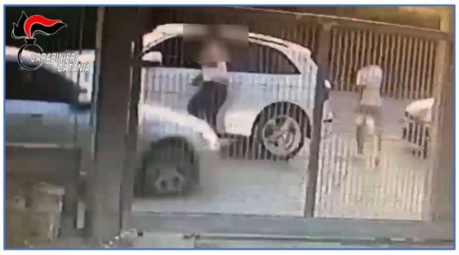 Tenta di travolgere con l'auto il cognato che, scampato il pericolo, lo accoltella VIDEO