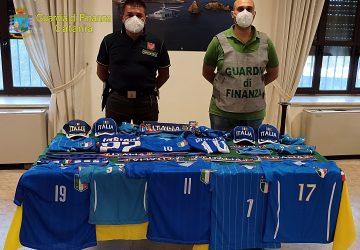 In vendita maglie, sciarpe e gadget della nazionale italiana di calcio contraffatti: un denunciato