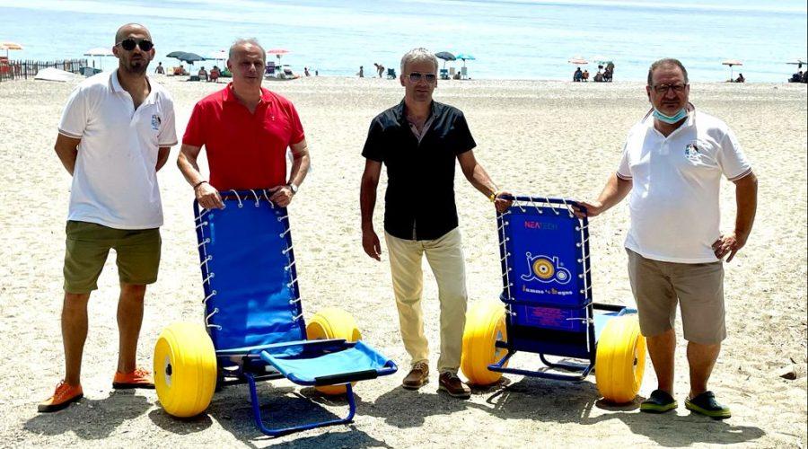 Calatabiano: consegnate alla Pro loco 2 sedie a rotelle da mare. Da oggi attivo il servizio per anziani e disabili