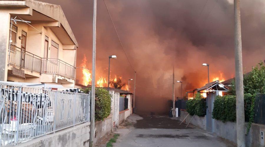 Emergenza incendi a Catania, diversi interventi della Polizia