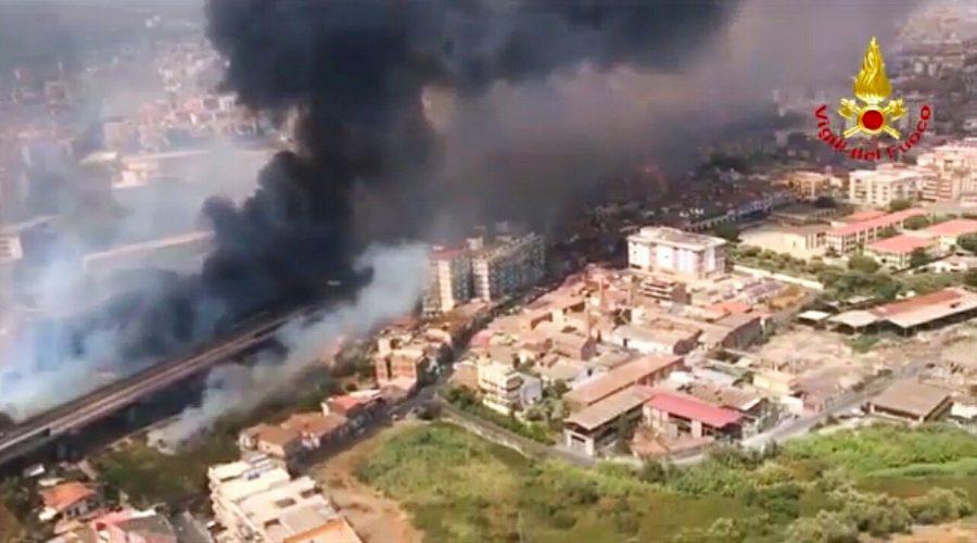 Catania assediata dagli incendi: decine gli interventi dei Vigili del fuoco. Chiuso l'aeroporto VD