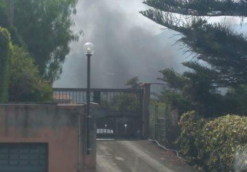Giarre, a fuoco rifiuti ingombranti e materiale inquinante nel torrente Macchia