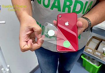 Sequestrati oltre 2.000 articoli «Apple» contraffatti: denunciati due imprenditori catanesi