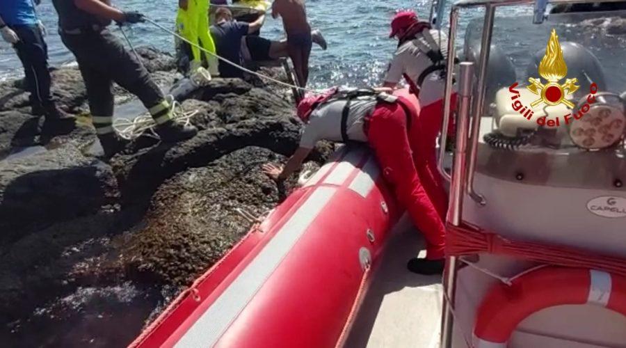 Capomulini, prete accusa malore in mare: salvato dai Vigili del fuoco