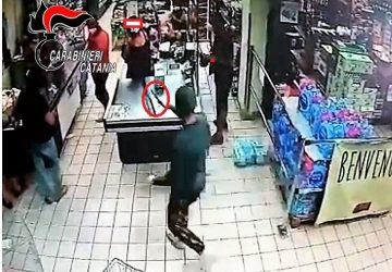 Rapina un supermercato: catturato in casa con il malloppo