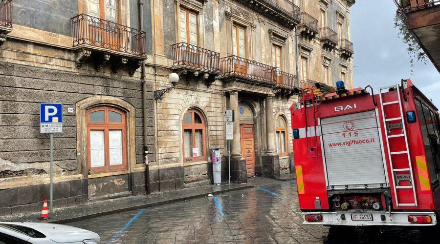 Giarre, tragedia sfiorata: si staccano grossi frammenti di intonaco da un palazzo in corso Italia