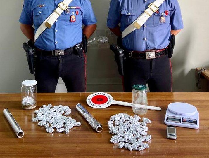 Nascondevano la droga sotto le pietre: uno spacciatore arrestato ed un denunciato