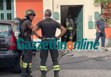 Riposto, divampa incendio nel garage di una palazzina. Scoppia il panico: una intossicata VIDEO