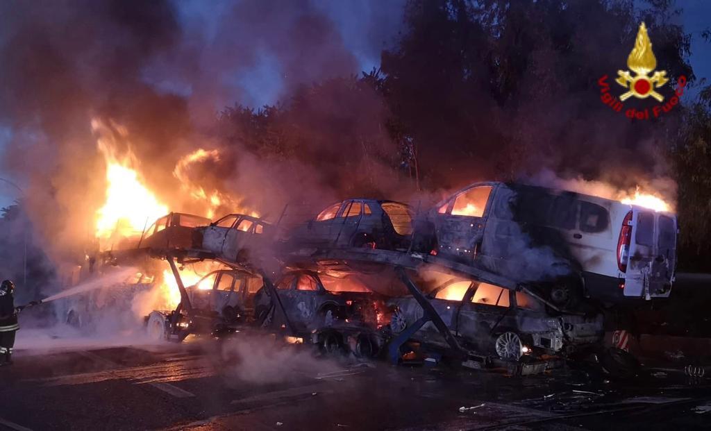 A18, camion bisarca prende fuoco poco dopo lo svincolo di Giarre VIDEO