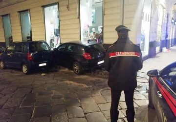 Cerca di sfuggire ai carabinieri ma si schianta con l'auto