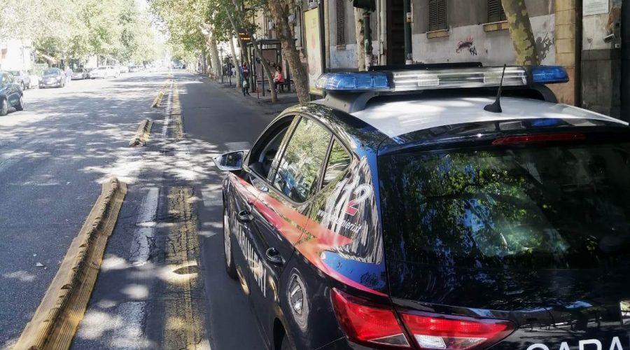 Catania, aggredisce ad ombrellate i passanti e danneggia un bar: extracomunitario in manette