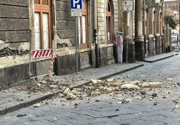 Giarre, nuovo crollo di intonaco da un palazzo in corso Italia VD
