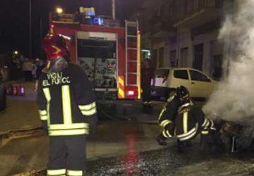 Macchia, a fuoco auto in sosta in via San Paolo