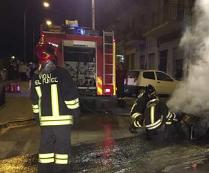 Santa Venerina, incendio auto in via San Michele. Indagini dei Cc sulle cause
