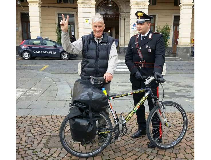 Gira il mondo in bici da 16 anni, ma a Riposto gliela rubano. I carabinieri trovano il ladro
