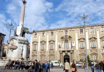 Catania, in azione squadre per ripulire i muri in via Crociferi